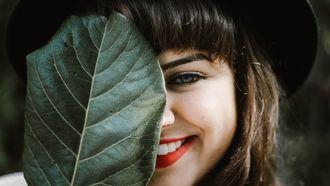 meisje achter een blad