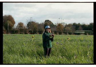 meisje in bloemenveld
