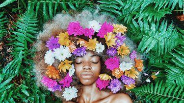meisje met bloemen in haar