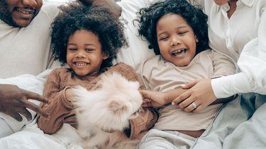 kinderen in bed met ouders