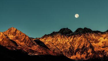 volle maan boven bergen