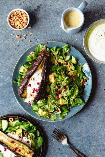 Salade met gepofte aubergine, granaatappel en een tahin-mosterd dressing_staand