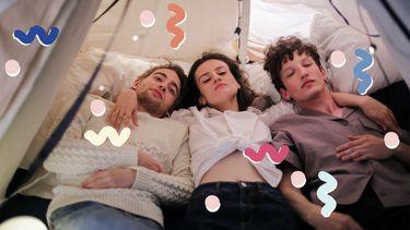 vrouw in bed met twee mannen
