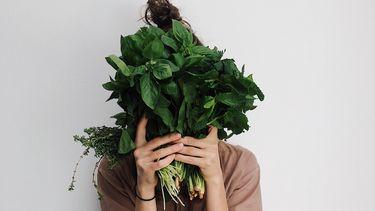Vrouw met groente voor gezicht