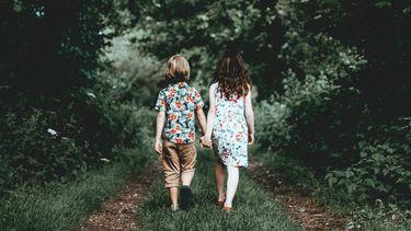 jongen en meisje lopen hand in hand