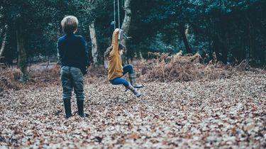 jongetje en meisje aan het spelen