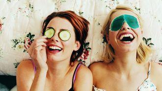 twee meisjes met gezichtsmaskers op