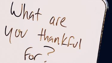 bord met daarop de tekst: what are you thankful for