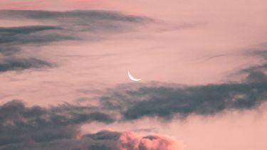 nieuwe maan en roze wolken