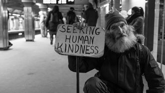 dakloze met bordje vast