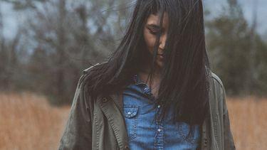 meisje verdrietig in veld