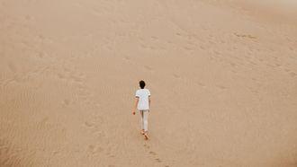 mens in de woestijn