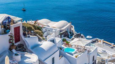 Witte huizen op een berg in Griekenland