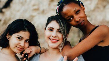 3 vrouwen op een rij
