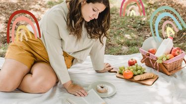 vrouw eet picknick in park