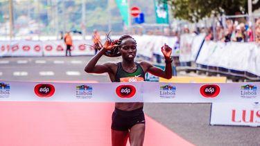 vrouw die meedoet aan marathon