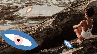 meisje zit op rots bij zee