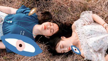 meisjes liggen in een veld