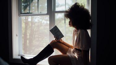 meisje houdt brein gezond door te lezen
