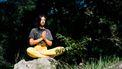 Vrouw mediteerd in de zon