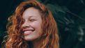 vrouw lacht vrolijk