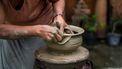 vrouw bakt potten