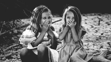 meisjes op een stoep
