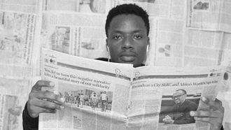 man leest krant