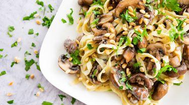 Romige pasta met paddenstoelen en vegan bechamelsaus - Becel