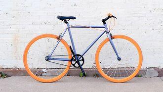 fiets tegen witte muur