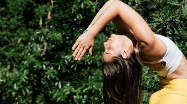 vrouw die lente omarmt met yogaposes