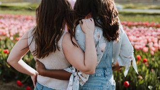 Vrouwen houden elkaar vast