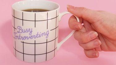 kopje met erop: busy introverting
