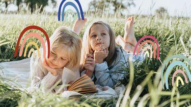 kinderen lezen boek in gras