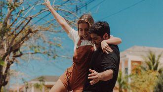man en vrouw op skateboard