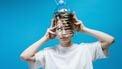Vrouw doet upcycle met haar plastic fles