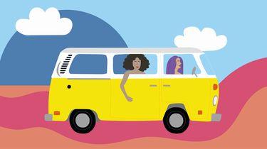 meisjes rijden in busje