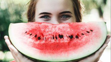 vrouw eet watermeloen