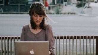 meisje op laptop