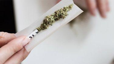 meisje rookt wiet
