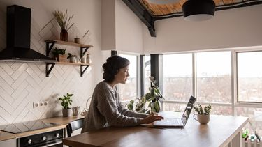 vrouw is met focus aan het werk