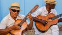 mannen spelen gitaar