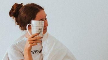 vrouw leert slechte gewoontes uit ochtendroutine af