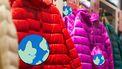 gekleurde jassen in een winkel