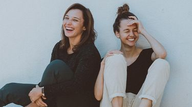 twee meisjes lachen