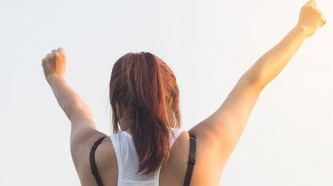 meisje met handen in de lucht