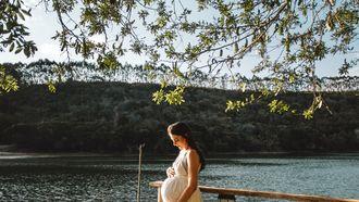 Zwangere vrouw bij een meer