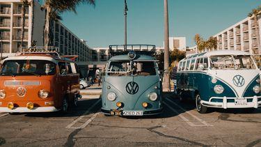 volkswagenbusjes op een rij