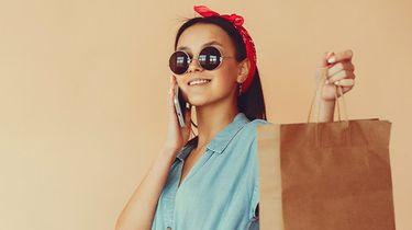 vrouw winkelt