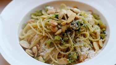 recept vegetarische spaghetti met krokant amandel-broodkruim